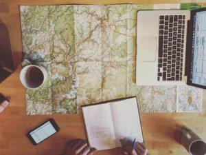 Planung-Eifelsteig-mit-Kaffee-fernwandern