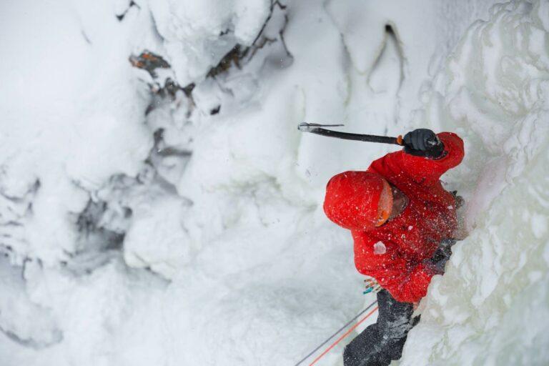 Arc'teryx Alpha AR in einer Eiswand