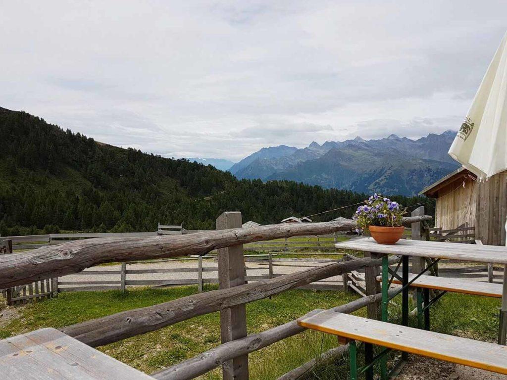 Blick_auf_Hintereggalm_und_Mahdalm-hirzer-meran-wandern-in-den-alpen-02