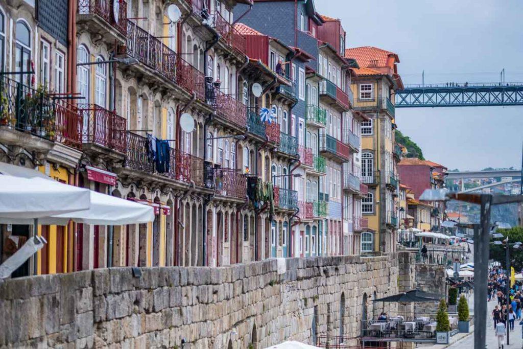 Porto Häuserwand am Ufer - Porto an einem Tag - alle Porto Sehenswürdigkeiten