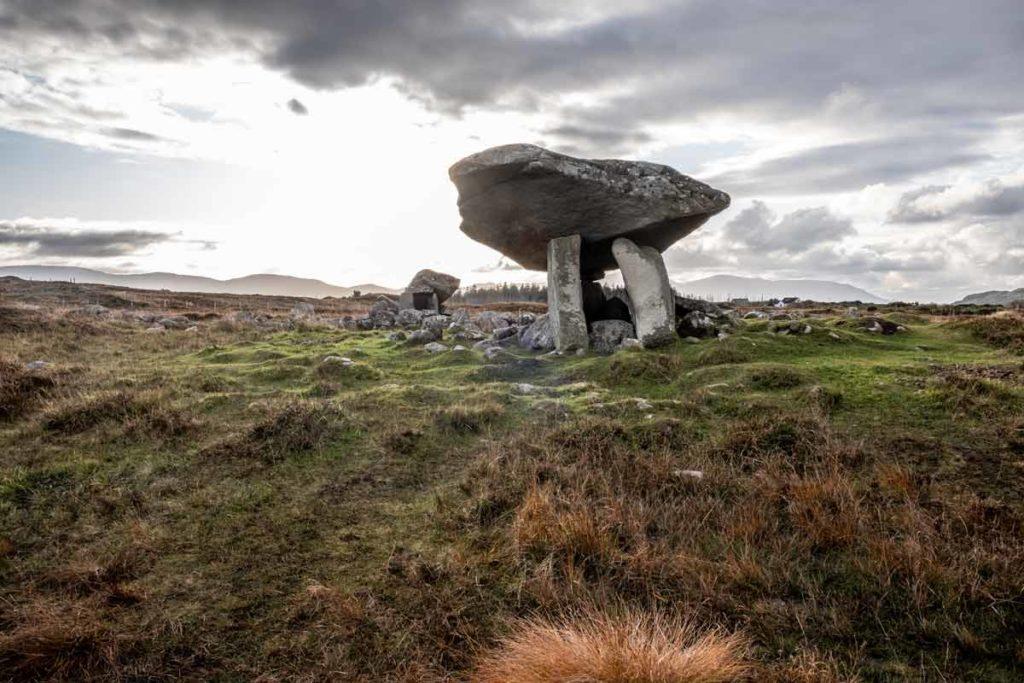 Dolmen in Irland im Gegenlicht - Donegal