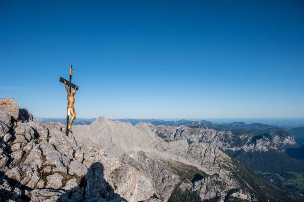 Watzmannüberschreitung - erster der drei Watzmann Gipfel - das Hocheck mit Gipfelkreuz