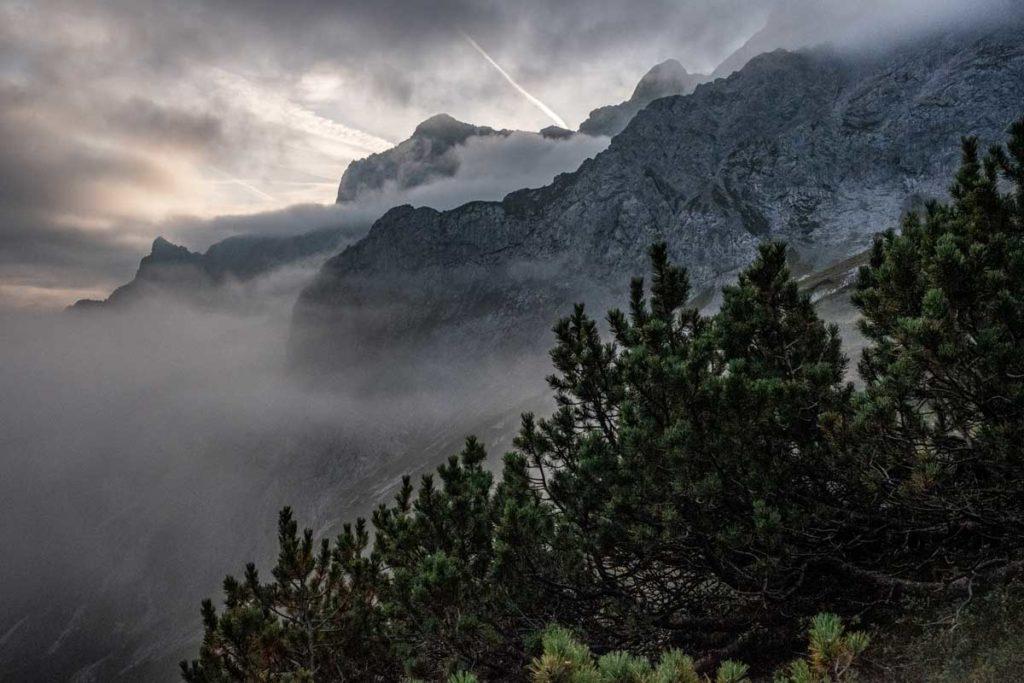 Blick in Richtung Alpspitze auf dem Weg zur Zugspitze durch das Höllental
