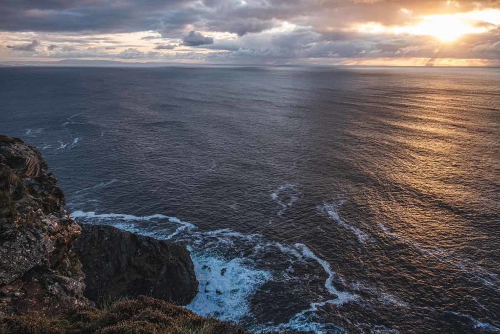 Sonnenuntergang bei Slieve League mit Blick auf den rauen Atlantik