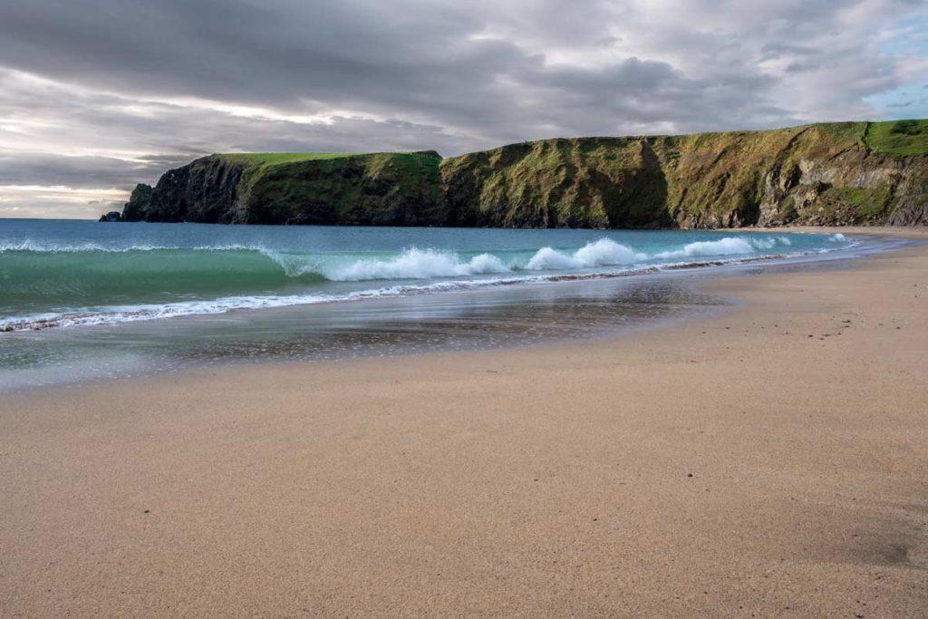Brechende Wellen am Silver Strand Irland