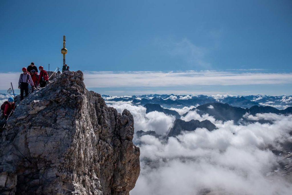 Der Blick auf den Gipfel der Zugspitze über den Wolken