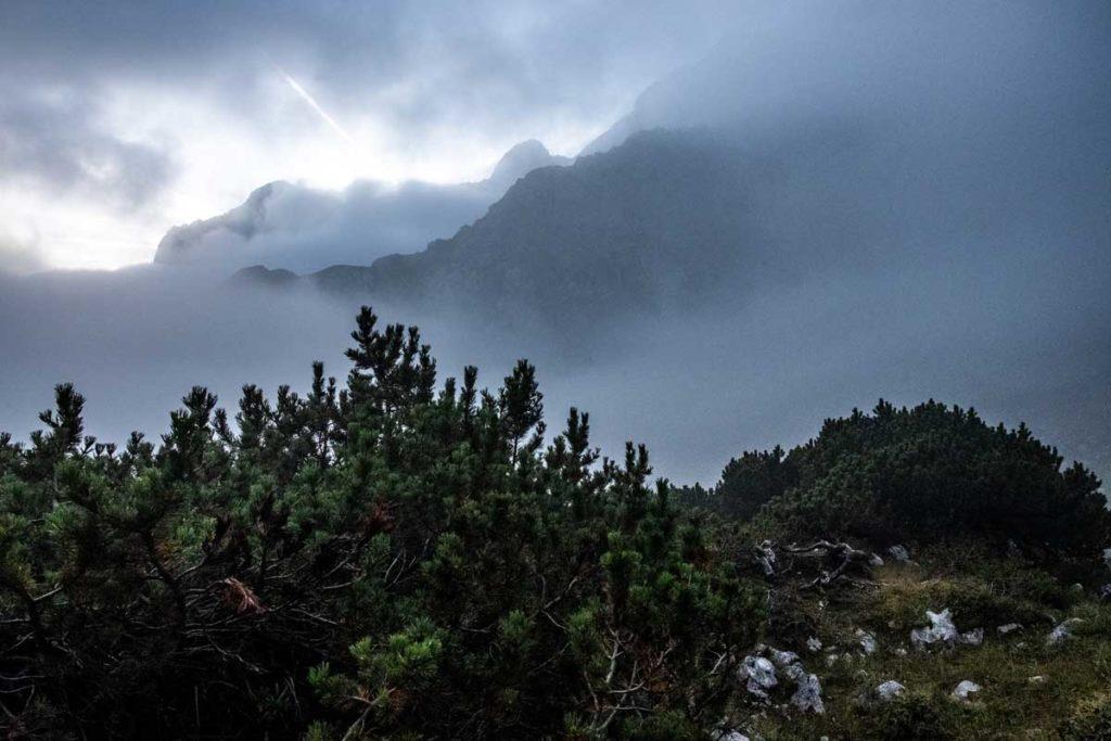 Nebelschwaden am frühen Morgen über dem Höllental - Wanderung zur Zugspitze