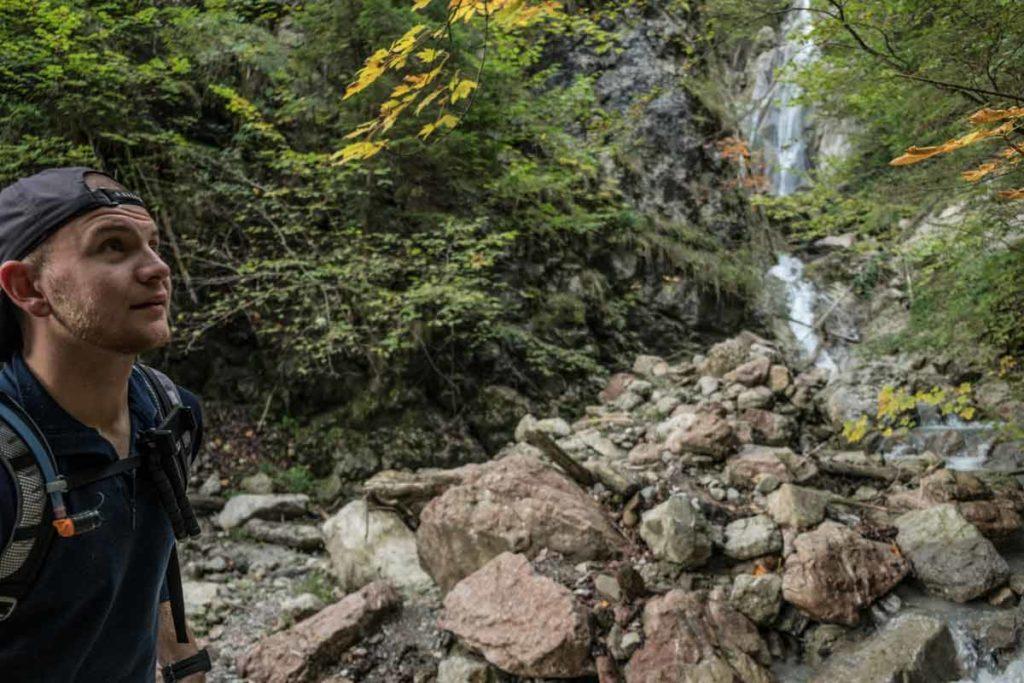 Jannik blickt nach oben auf dem Weg zum Grünstein