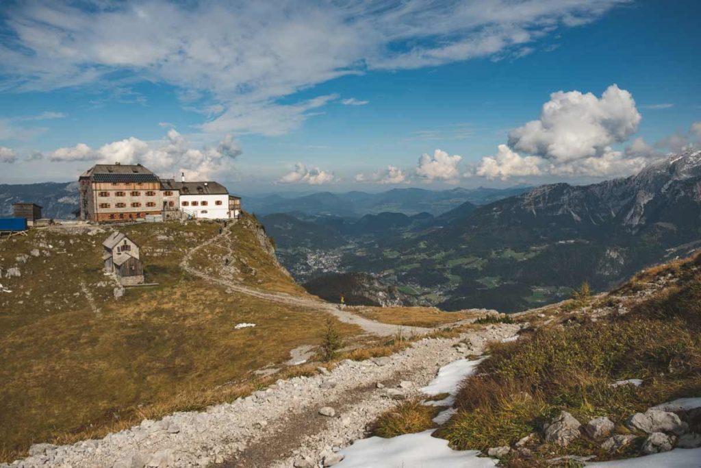 Das Watzmannhaus auf dem Falzköpfle und im Hintergrund im Tal liegt die Stadt Berchtesgaden