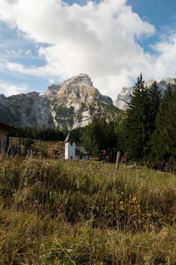 Blick von der Kührointalm vorbei and er Kapelle auf den Watzman
