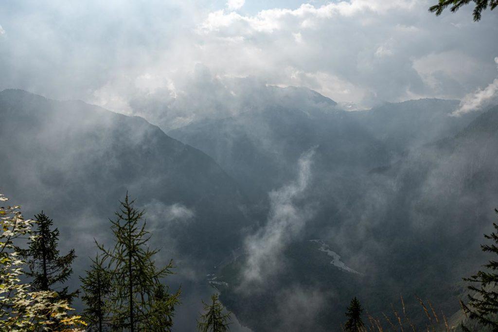 Blick vom Aussichtspunkt Archenkanzel durch die diffusen Wolken hinunter auf den Königssee
