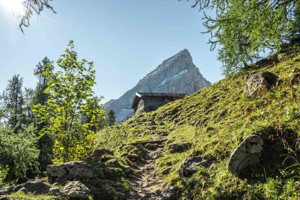 Blick auf die Reste der Falzalm und im Hintergrund der kleine Watzmann