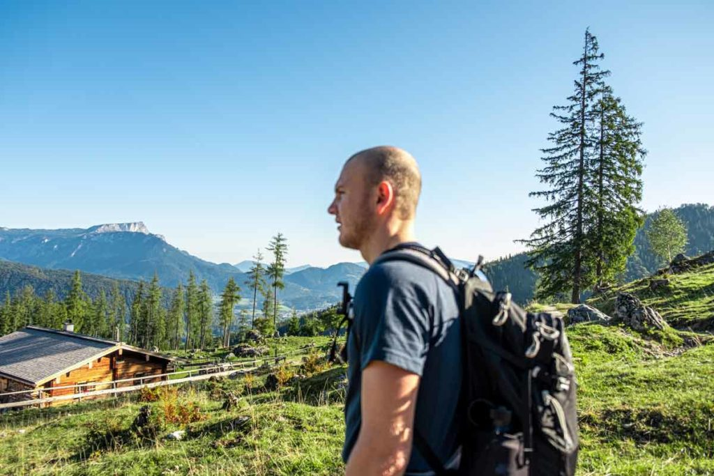 Jannik beim Ausblick auf den Nationalpark Berchtesgaden vor der Stubenalm