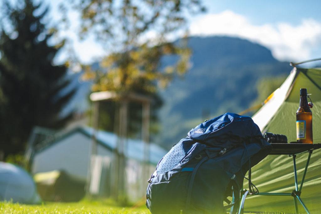 Die Sonne in Oberstdorf scheint auf das Zelt, kurz vor dem Schlafengehen noch ein Bier trinken
