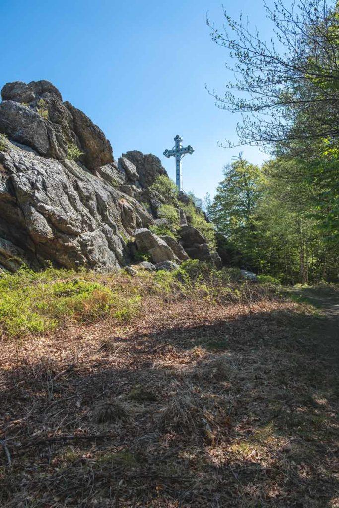 Blick auf den Fels Richelsley mit dem Kreuz im Venn