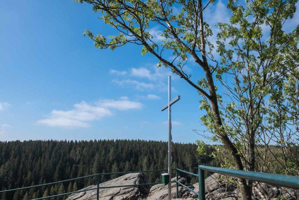 Gipfelkreuz mit Ausblick vom Fels Ehrensteinsley