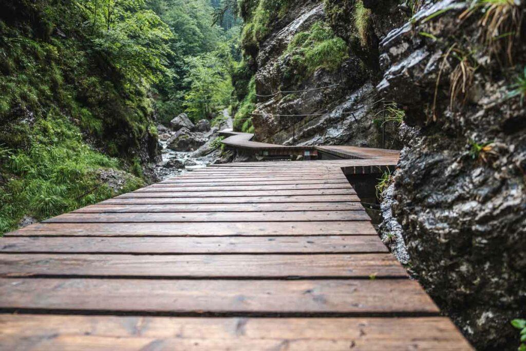 Der Weg durch die Grießbachklamm führt über Holzstege