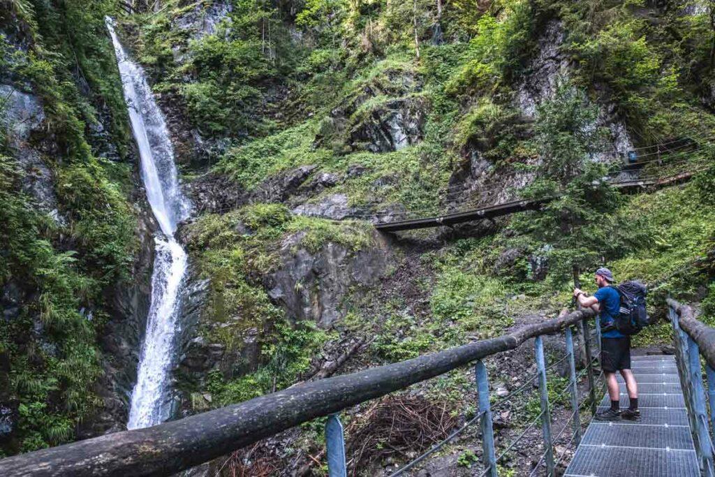 Jannik fotografiert den EIfersbacher Wasserfall