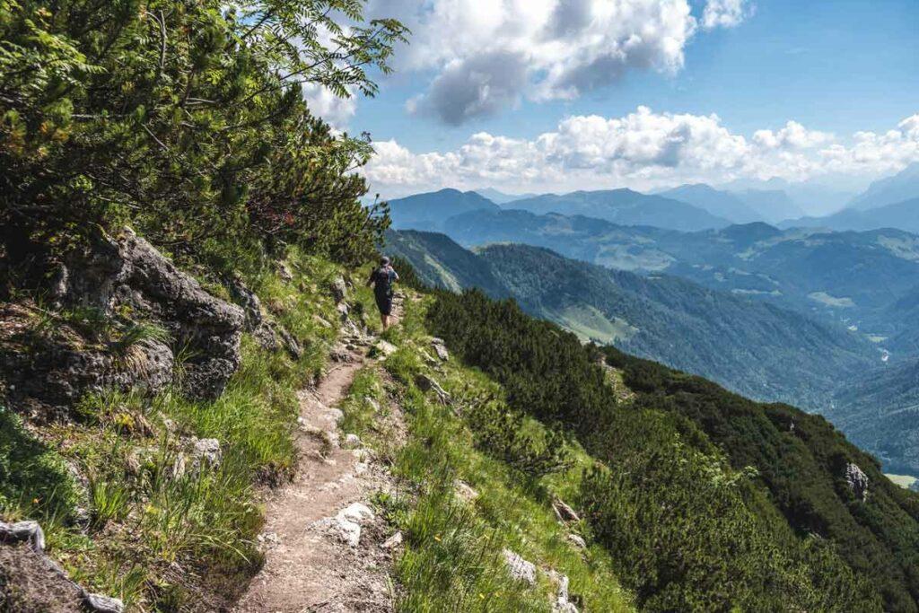 Auf dem Bergweg zum Feldberg mit Blick ins Kaiserbachtal
