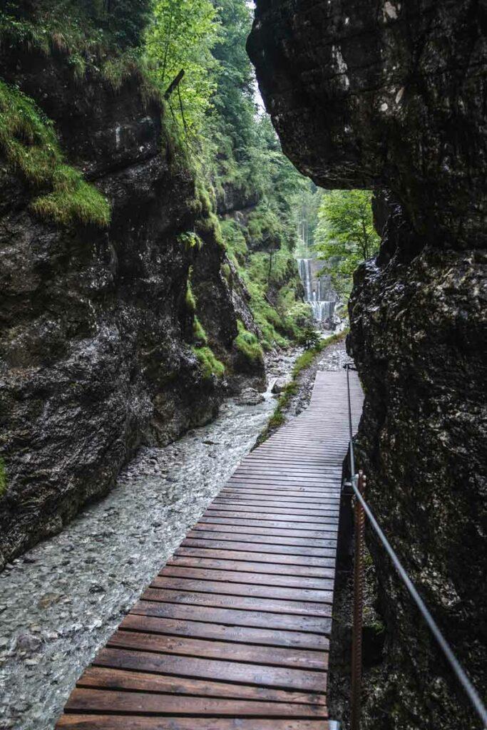 Blick auf den großen Wasserfall in der Grießbachklamm
