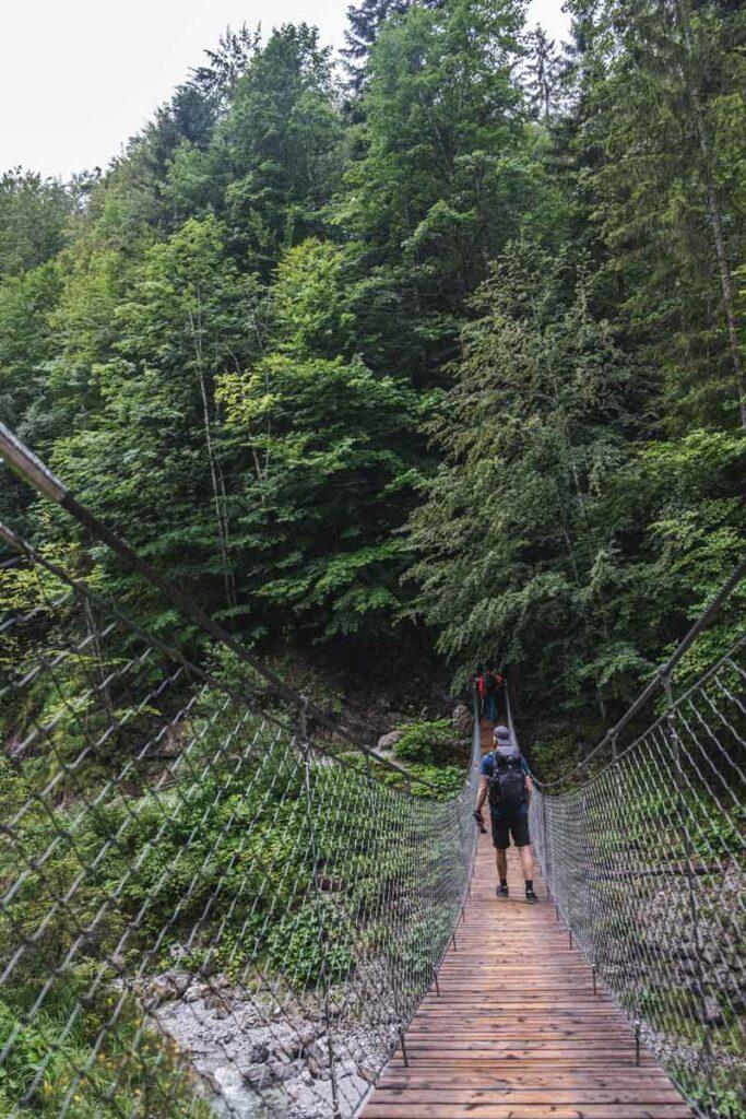 Jannik auf einer Brücke in der Grießbachklamm