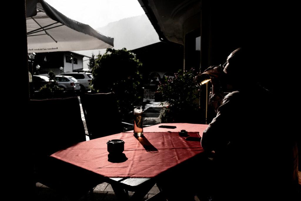 Jannik trinkt ein Bier in der Abendsonne