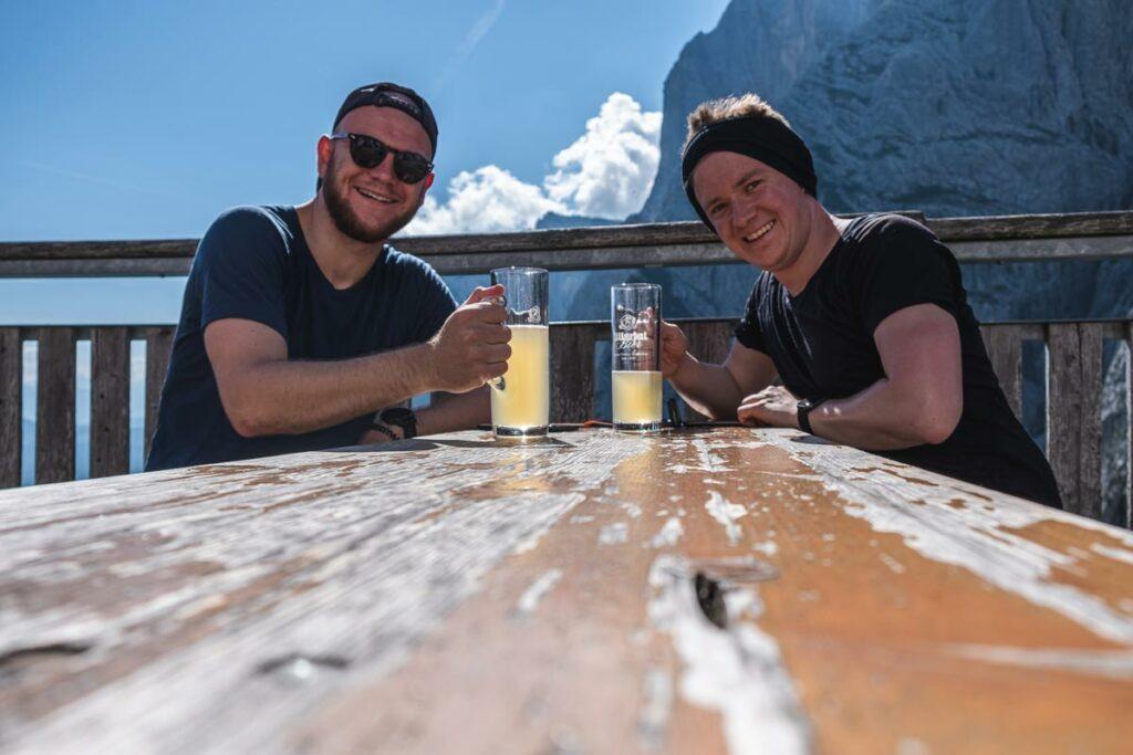 Jannik und Thomas mit einem Radler auf der Stripsenjochhütte