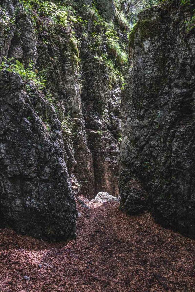 Die Enge in der Teufelsgasse - steile Felswände