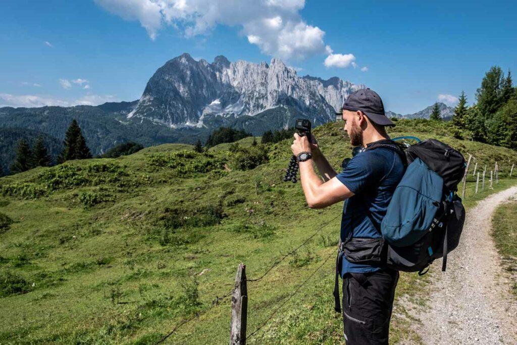 Jannik filmt das Alpenpanorama