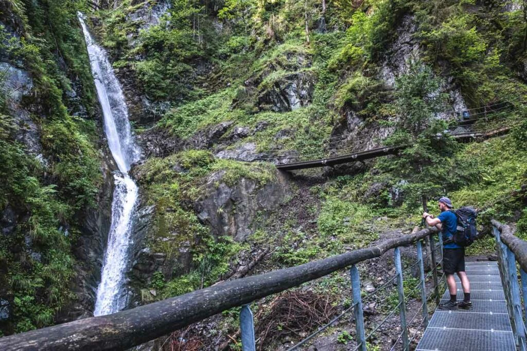 Jannik filmt den Eifersbacher Wasserfall