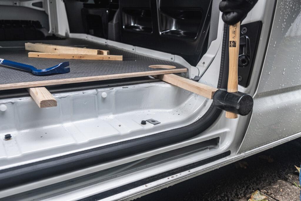 Bodenplatte entfernen - VW T6.1 Camper Ausbau