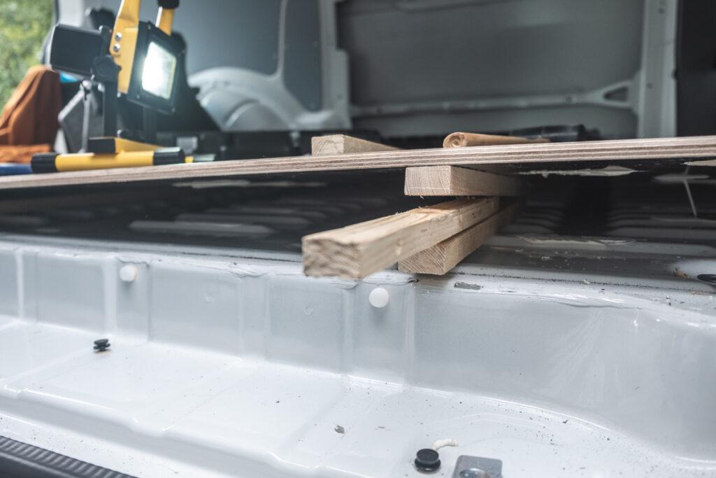 Keile als Hilfe beim Ausbau der Bodenplatte - VW T6 Camper Ausbau - DIY