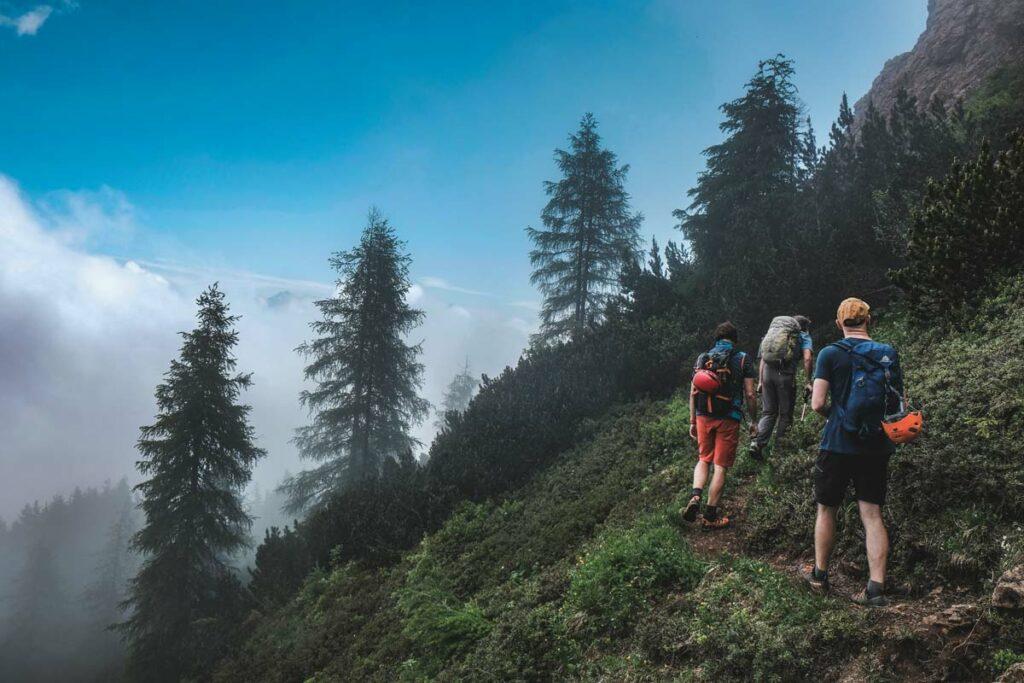 Gänsemarsch im Zustieg zum Marokka Klettersteig