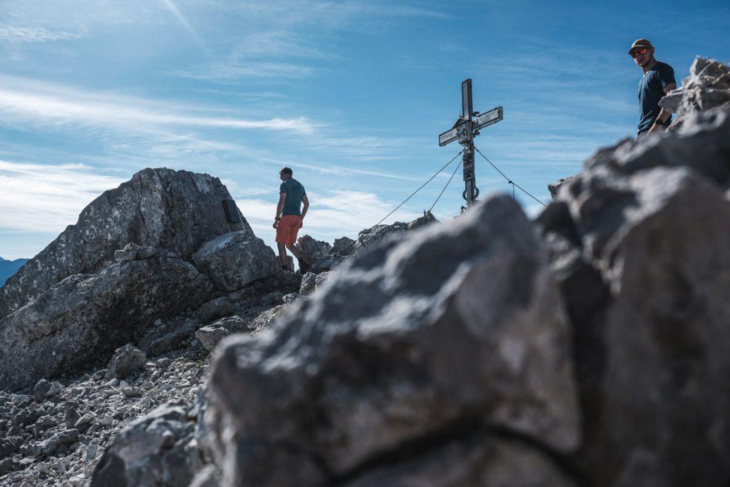 Jannik und Markus Hirnböck am Hochzint Gipfelkreuz